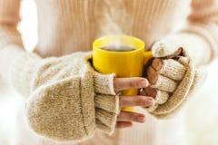 Femme tenant la fin de cuisson à la vapeur chaude de tasse de café vers le haut de la photo Photographie stock
