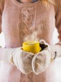 Femme tenant la fin de cuisson à la vapeur chaude de tasse de café vers le haut de la photo Images libres de droits