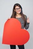 Femme tenant la grande forme de coeur Photographie stock libre de droits