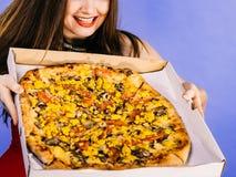 Femme tenant la grande pizza dans la bo?te images stock