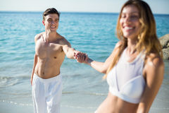 Femme tenant la main d'ami tout en se tenant sur le rivage Photos libres de droits