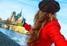 Femme tenant la main d'amis et se dirigeant chez Notre Dame de Paris Images libres de droits