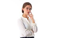 Femme tenant la main près du visage photographie stock