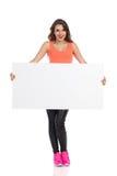 Femme tenant la plaquette Photographie stock libre de droits