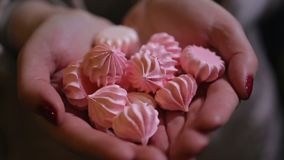 Femme tenant la poignée de bonbons savoureux gentils, dessert délicieux à la confiserie clips vidéos