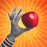Femme tenant la pomme red delicious organique Photographie stock