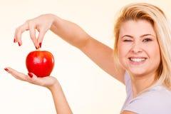 Femme tenant la pomme rouge, concept sain de nourriture Photo libre de droits