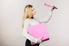 Femme tenant la reliure avec des documents images stock