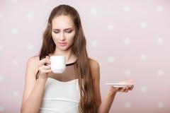 Femme tenant la tasse blanche images libres de droits