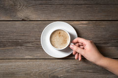 Femme tenant la tasse chaude avec du café frais Photo stock