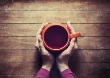 Femme tenant la tasse chaude de thé Image stock