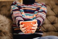femme tenant la tasse de café à la maison photo stock