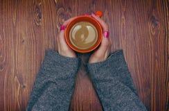 Femme tenant la tasse de café chaude Image stock