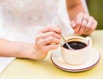 Femme tenant la tasse de café chaude Photos stock