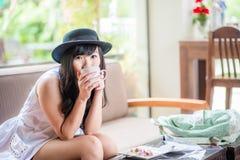 Femme tenant la tasse de café d'art de latte dans des ses mains images stock