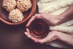 Femme tenant la tasse de thé noir Images stock
