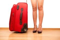 Femme tenant le bagage de déplacement cassé Image stock