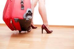 Femme tenant le bagage de déplacement cassé Photographie stock libre de droits