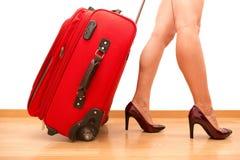 Femme tenant le bagage de déplacement cassé Image libre de droits