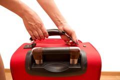 Femme tenant le bagage de déplacement cassé Images stock