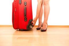 Femme tenant le bagage de déplacement cassé Photos libres de droits