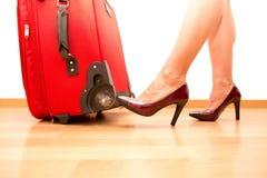 Femme tenant le bagage de déplacement cassé Photos stock