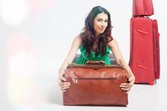 Femme tenant le bagage de main, le poids et les dimensions de bagages Image stock