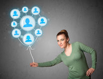 Femme tenant le ballon social de réseau Photos libres de droits