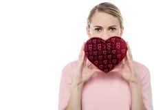 Femme tenant le boîte-cadeau sous la forme de coeur Photos stock