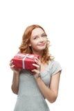 Femme tenant le cadeau Photographie stock