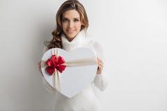 Femme tenant le cadeau de coeur Images libres de droits
