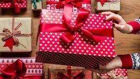 Femme tenant le cadeau de Noël admirablement enveloppé de vintage, détail de mains Bannière de Web de Noël Photos stock