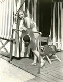 Femme tenant le chapeau du soleil photographie stock libre de droits