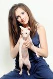Femme tenant le chat chauve Photographie stock