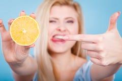 Femme tenant le citron ou l'orange de fruit photo libre de droits