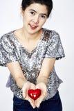 Femme tenant le coeur Photographie stock libre de droits