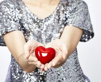 Femme tenant le coeur Image libre de droits