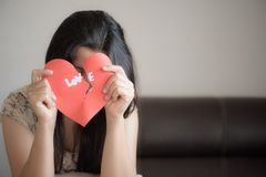 Femme tenant le coeur brisé rouge avec le texte d'amour Photos stock