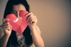 Femme tenant le coeur brisé rouge avec le texte d'amour Photo libre de droits
