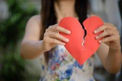 Femme tenant le coeur brisé rouge avec le texte d'amour Images libres de droits