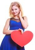 Femme tenant le coeur d'amour de symbole de Saint Valentin. Photo stock