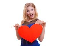 Femme tenant le coeur d'amour de symbole de Saint Valentin. Image stock