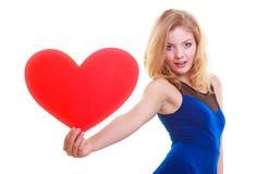 Femme tenant le coeur d'amour de symbole de Saint Valentin. Photographie stock libre de droits