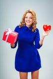 Femme tenant le coeur et le giftbox Photo stock