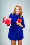 Femme tenant le coeur et le giftbox Image libre de droits