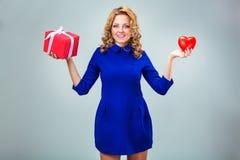Femme tenant le coeur et le giftbox Images stock