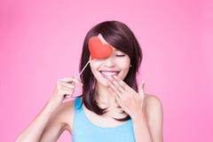Femme tenant le coeur rouge d'amour Photographie stock
