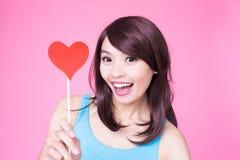 Femme tenant le coeur rouge d'amour Photo stock