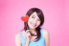 Femme tenant le coeur rouge d'amour Images stock