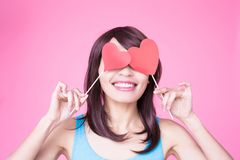 Femme tenant le coeur rouge d'amour Image stock